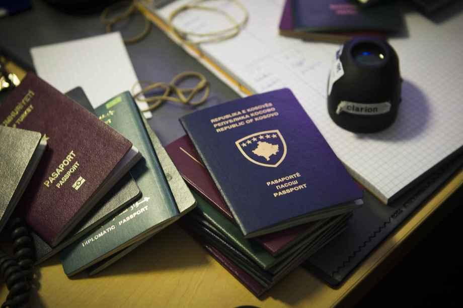 2048x1536-fit_paris-le-21-fevrier-2013-reportage-dans-les-services-de-lutte-contre-la-fraude-de-documents-d
